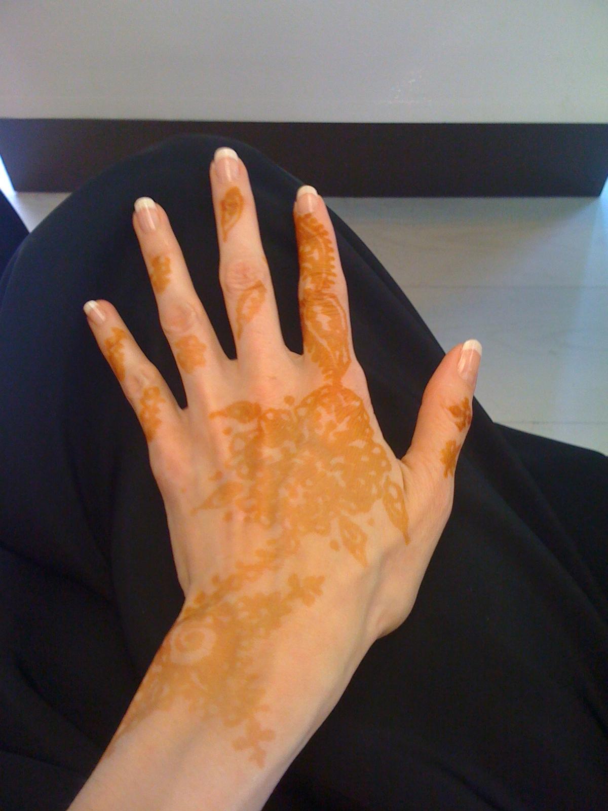 Et certainement pas avec des ongles carrés ! des ongles légèrement  arrondis, du blanc et un vernis très légèrement coloré.